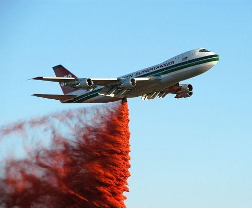灭火器:可投2万加仑的阻燃剂覆盖三英里长的超级巨无霸波音747飞机.