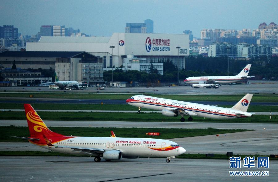 8月7日,一架飞机从上海虹桥机场起飞.新华社发(钮一新摄)