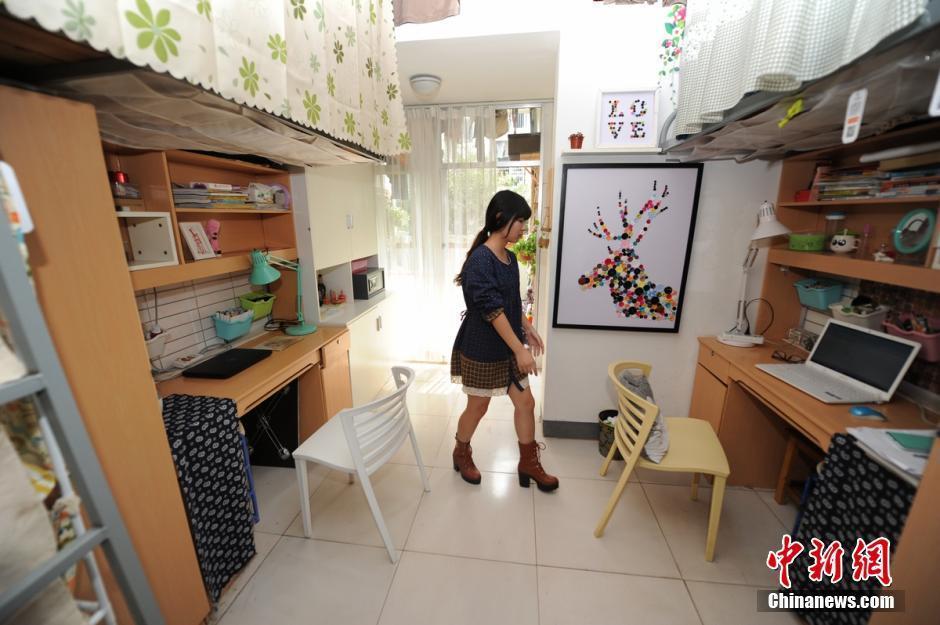10月23日,中南林业科技大学的张艺鸿正在介绍自己的豪装宿舍。据悉,为了能让学妹们在寝室找到家的感觉,该校家具与艺术设计学院ineed微收纳团队的男学长们,花费两天时间为其改造成了一间豪华宿舍。 杨华峰 摄