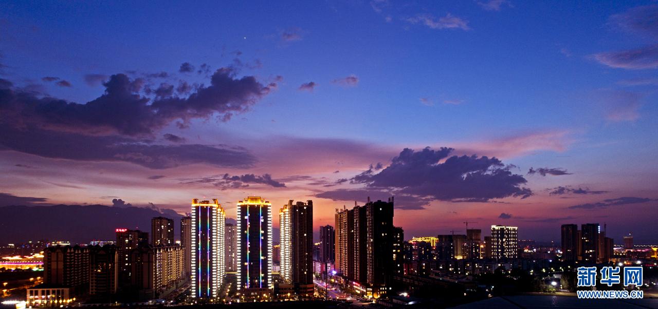 云南蒙自:流光溢彩夜色美
